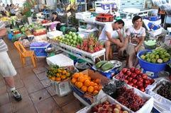 Granjeros que venden sus bio frutas orgánicas frescas en el mercado central imagen de archivo