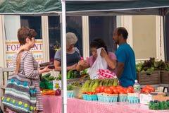 Granjeros que venden sus frutas y verduras en el mercado del ` s del granjero en esta pequeña ciudad de New Jersey esta fecha fotografía de archivo