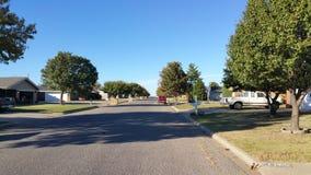 Grannskapgata med parkerade bilar Royaltyfri Foto