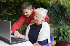 Granny och sonson Arkivbilder