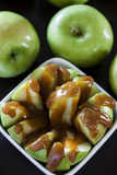 Granny- Smithäpfel mit Karamell lizenzfreie stockfotos