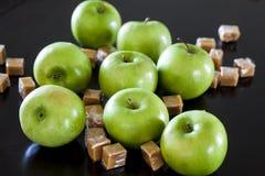 Granny- Smithäpfel mit Karamell lizenzfreies stockfoto