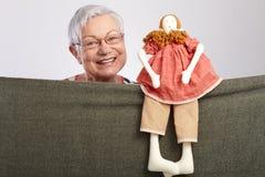 Granny som presenterar en dockashow Fotografering för Bildbyråer
