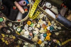 Granny& x27 ; tiroir de s des outils de couture Photo libre de droits