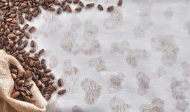 Grano de café con el fondo del amor Foto de archivo libre de regalías