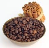 Grano de café con el palillo de canela fotos de archivo