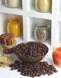 Grano de café con el palillo y las especias de canela en la botella de cristal imagen de archivo libre de regalías