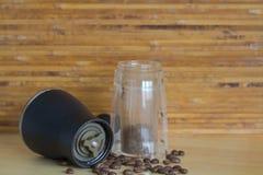 Grano de café con la amoladora Foto de archivo libre de regalías