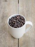 Grano de café con la taza Imagen de archivo