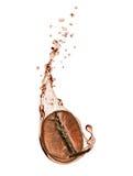 Grano de café con un chapoteo del café en el fondo blanco imagen de archivo libre de regalías