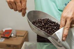 Grano de café de relleno del trabajador en paquete Imágenes de archivo libres de regalías