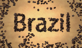Grano de café del Brasil en el papel viejo Foto de archivo