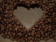 grano de café del corazón dentro del agua fotografía de archivo