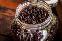grano de café en botella Foto de archivo