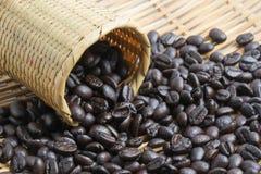 Grano de café en cesta Imagen de archivo