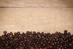 Grano de café en el fondo de madera Imagen de archivo
