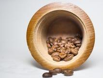 Grano de café en el tanque de madera de la amoladora Imagen de archivo