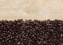 Grano de café en fondo de madera Imagen de archivo