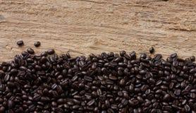 Grano de café en fondo de madera Fotos de archivo