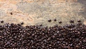Grano de café en fondo de madera Fotografía de archivo