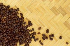 Grano de café en fondo de madera de la armadura Fotos de archivo