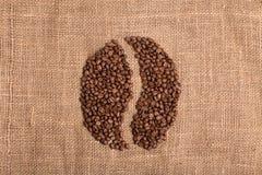 Grano de café en fondo marrón texturizado tela imágenes de archivo libres de regalías