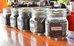 Grano de café en las botellas fotografía de archivo libre de regalías