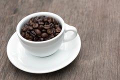 Grano de café en taza Foto de archivo libre de regalías