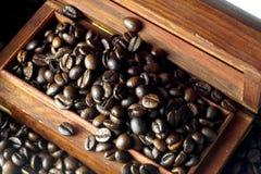 Grano de café en una caja del pecho imagenes de archivo