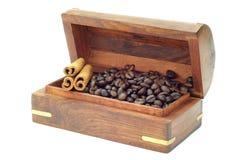 Grano de café en una caja del pecho en el fondo blanco fotos de archivo
