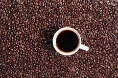 Grano de café y taza de café Foto de archivo