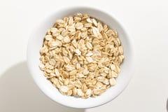 Grano de cereal de la avena Vista superior de granos en un cuenco Fondo blanco imagen de archivo libre de regalías