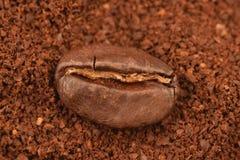 Grano de Coffe en un boakground del coffe de tierra Foto de archivo libre de regalías