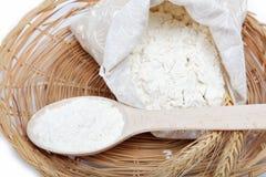 Grano de la harina y del trigo con la cuchara de madera. Imagen de archivo libre de regalías