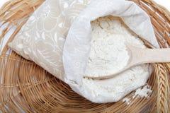 Grano de la harina y del trigo con la cuchara de madera. Imágenes de archivo libres de regalías