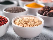 Grano de la quinoa en pequeño cuenco blanco y otros superfoods Imagenes de archivo