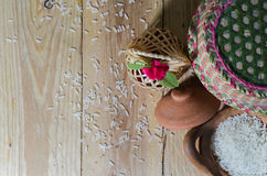 Grano del arroz en pote de arcilla Fotos de archivo libres de regalías