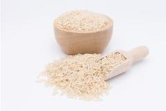 Grano del arroz moreno en una cuchara de madera fotografía de archivo
