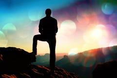 Grano del film Viandante maschio alta nel paesaggio della montagna al tramonto Bello panorama variopinto della montagna nella ser Fotografia Stock Libera da Diritti