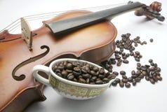 Grano del violín y de café fotos de archivo libres de regalías