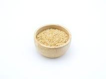 Grano dell'ingrediente, germe di grano in ciotola di legno su fondo bianco Fotografia Stock