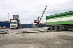 Grano di caricamento del camion sulla nave Fotografie Stock Libere da Diritti