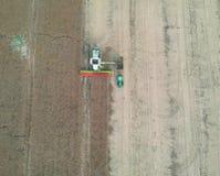 Grano di trasferimento della mietitrebbiatrice al rimorchio del camion, vista aerea del raccolto immagine stock