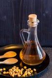 Grano ed olio del cereale in decantatore con i cucchiai di legno Fotografia Stock Libera da Diritti