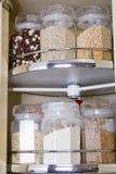 Grano en el tarro de cristal del almacenamiento de la comida Fotografía de archivo libre de regalías