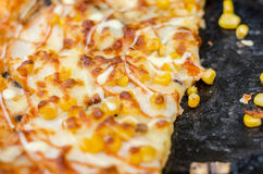 Grano italiano de la pizza y del maíz del estilo, carne de vaca, pimientas y tomates Pizza del primer, falta de definición, foco  Imagen de archivo libre de regalías