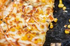 Grano italiano della pizza e del cereale di stile, manzo, peperoni e pomodori Pizza del primo piano, sfuocatura, fuoco selettivo Immagine Stock Libera da Diritti