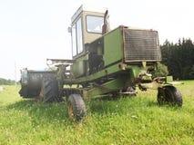Grano maturo del raccolto della mietitrebbiatrice su un'azienda agricola Fotografie Stock Libere da Diritti