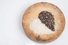 Grano organico del riso, riso sbramato nell'isolato di forma del cuore su bianco con il cli [percorso pping Fotografie Stock