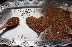 Grano sano del alforfón en la bandeja y la cuchara de madera, foco selectivo del vintage Comida orgánica y nutritiva, glu Fotografía de archivo